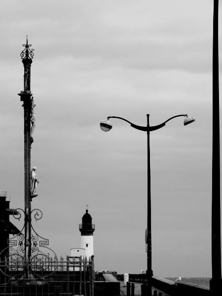 Calvaire et phare du Tréport (Seine-Maritime - 76470) [2016] (Photo de Didier Desmet) Monochrome [Artiste Infirme Moteur Cérébral] [Infirmité Motrice Cérébrale] [IMC] [Paralysie Cérébrale] [Cerebral Palsy] [Handicap]