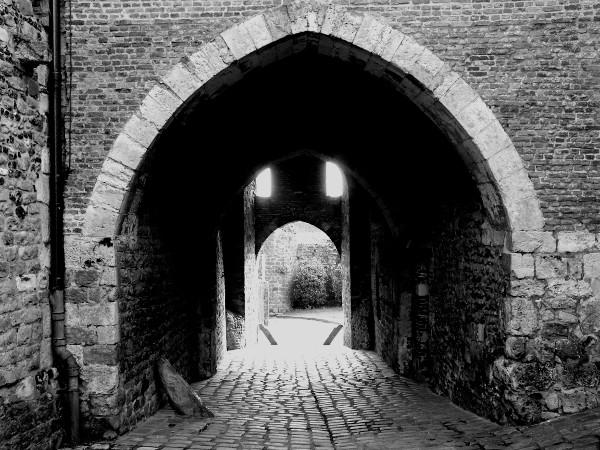 Saint-Valery-sur-Somme - Les votes de la porte de Nevers (XIIIe siècle) (Somme - 80230) [2016] (Photo de Didier Desmet) Noir et blanc
