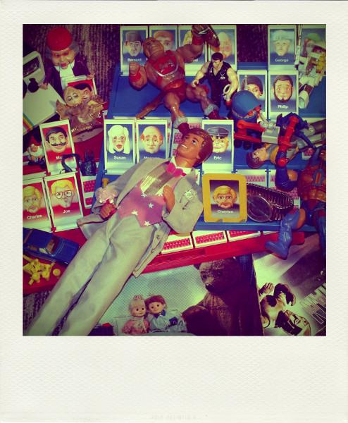 Souvenirs d`enfance [2013] (Photo de Didier Desmet) Jeu de société Qui est-ce, 45 tour de Spectreman, Ken féérie, Dream Glow Ken, Polarod 100 bouton vert, Playmobil Space, Robot, Ghostbuster, Man-e-f